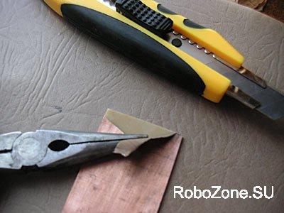 Аккуратно подцепите острым ножом край фольги, а затем узкогубцами (либо чем-то подобным) снимите ее по всей поверхности.